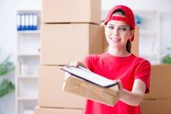 La jeune femme travaillant au centre serveur de distribution de colis photos libres de droits