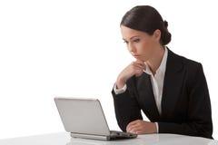 La jeune femme travaille sur un ordinateur Photo libre de droits
