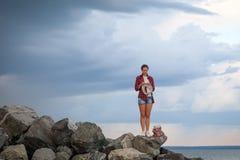 La jeune femme tricote un chandail images libres de droits