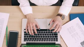 La jeune femme utilise l'ordinateur sur son lieu de travail dans le bureau banque de vidéos