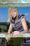 La jeune fille à la vieille usine Photo libre de droits