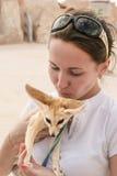 La jeune fille étreint doucement le renard de Fennec tunisia Été 2015 Photos libres de droits