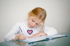 La jeune fille étudie photographie stock libre de droits
