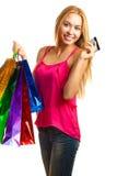 La jeune fille adulte de portrait avec les sacs colorés tiennent la carte de crédit Image libre de droits