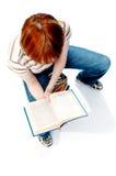 La jeune fille a affiché le livre sur le blanc Photos libres de droits