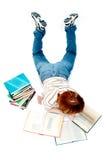 La jeune fille a affiché le livre sur le blanc images libres de droits