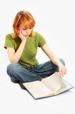 La jeune fille a affiché le livre sur le blanc image stock