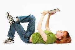 La jeune fille a affiché le livre sur le blanc Photo stock