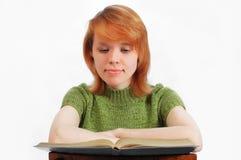 La jeune fille a affiché le livre sur le blanc photographie stock libre de droits