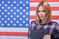 La jeune fille américaine mignonne est la vraie patriote Photographie stock