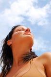 La jeune fille apprécient le soleil Images libres de droits