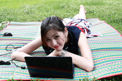 La jeune fille attirante détend en stationnement Photos libres de droits