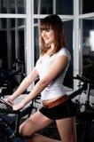 La jeune fille avec du charme dans une salle de gymnastique Photo stock