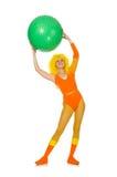 La jeune fille avec la boule suisse d'isolement sur le blanc Photo libre de droits