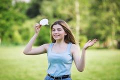 La jeune fille avec le chiffre de carton de pensent la bulle image stock
