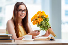 La jeune fille avec le présent des fleurs Photo libre de droits