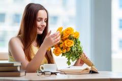 La jeune fille avec le présent des fleurs Photographie stock
