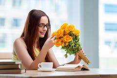 La jeune fille avec le présent des fleurs Photographie stock libre de droits