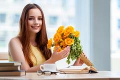 La jeune fille avec le présent des fleurs Photos stock