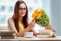 La jeune fille avec le présent des fleurs Images stock