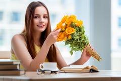 La jeune fille avec le présent des fleurs Image stock