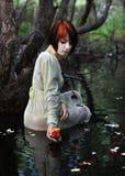 La jeune fille avec s'est levée Photographie stock libre de droits