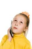 La jeune fille avec un téléphone portable regarde fixement vers le haut Images stock