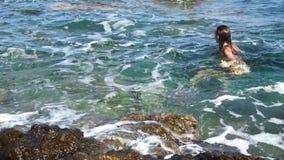 La jeune fille ayant l'amusement en mer ondule banque de vidéos