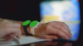 La jeune fille blanche presse simultanément sur les écrans verts de deux montres d'une part Fin vers le haut banque de vidéos