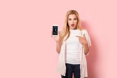 La jeune fille blonde est étonnée Image libre de droits