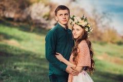 La jeune fille caucasienne en fleurs tressent étreindre son ami Photos stock