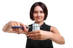 La jeune fille coupe des cigarettes d'isolement sur un fond blanc Conscience de tabagisme de dépendance Abandon du concept de tab Photo stock
