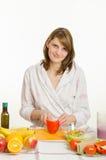 La jeune fille coupe le végétarien de poivre Photo libre de droits