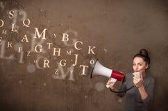 La jeune fille criant dans le mégaphone et le texte sortent Photographie stock libre de droits