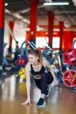La jeune fille d'athlètes fait des exercices au gymnase Concept de sport Photo libre de droits