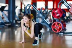 La jeune fille d'athlètes fait des exercices au gymnase Concept de sport Photographie stock