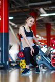 La jeune fille d'athlètes fait des exercices au gymnase Concept de sport Photo stock