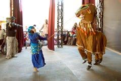 La jeune fille dans des vêtements traditionnels costument la danse égyptienne de folklore de danse Photos libres de droits