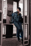 La jeune fille dans la cabine téléphonique Image stock