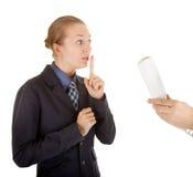 La jeune fille dans le bureau vêtx parler au téléphone Photo stock