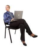 La jeune fille dans le bureau vêtx se reposer sur une présidence, a Image stock