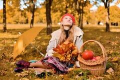 La jeune fille dans le chapeau rouge renifle des sembler romantiques  images stock