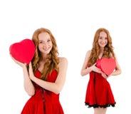 La jeune fille dans la robe rouge avec le cercueil de coeur d'isolement sur le blanc Image stock