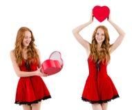 La jeune fille dans la robe rouge avec le cercueil de coeur d'isolement sur le blanc Photographie stock libre de droits