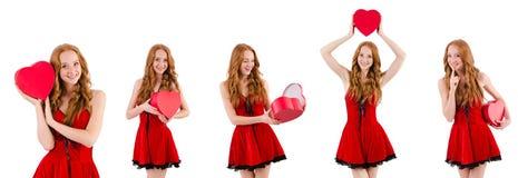 La jeune fille dans la robe rouge avec le cercueil de coeur d'isolement sur le blanc Photos libres de droits