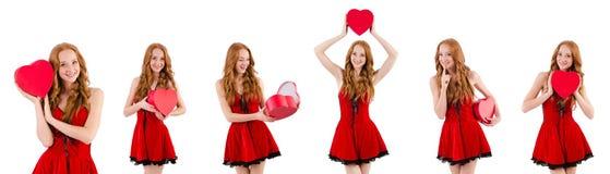 La jeune fille dans la robe rouge avec le cercueil de coeur d'isolement sur le blanc Images stock