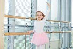 La jeune fille danse dans un tutu de ballet dans le hall Images libres de droits