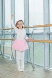La jeune fille danse dans un tutu de ballet dans le hall Photos stock