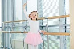 La jeune fille danse dans un tutu de ballet dans le hall Photographie stock libre de droits