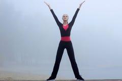 La jeune fille de forme physique fait des exercices de yoga pendant la séance d'entraînement o de formation Photos stock
